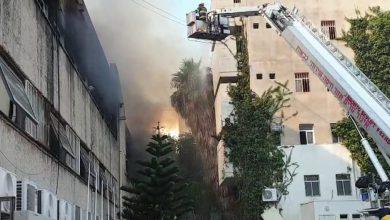 Photo of עשרות דיירים משישה בניינים פונו מבתיהם הסמוכים לשריפה הגדולה במדעטק