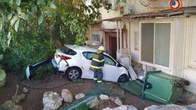 Photo of צפו: נהגת איבדה שליטה על רכבה בשדרות מוריה בחיפה והתנגשה בבניין. פועלים לחילוצה