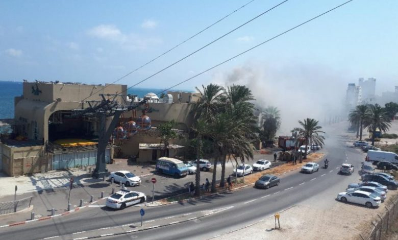 "Photo of שריפה על גג מסעדת ""איטליאנו"" בבת גלים חיפה. הסועדים פונו מהמקום, צוותי כיבוי פועלים במקום"