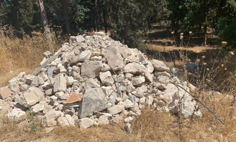 הפסולת האסורה שבעל המשאיץ השליך. צילום: איגוד ערים חיפה