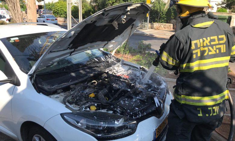 Photo of רכב ברוממה בחיפה עלה לפני זמן קצר באש. הסיבה: הנהג ניסה להתניע עם סוללה ניידת שהתפוצצה והציתה את הרכב