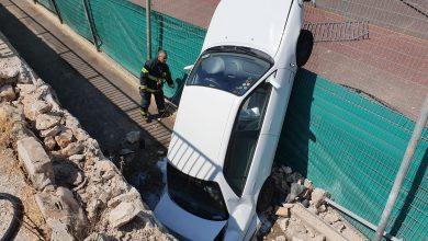 Photo of אירוע ביזארי בכבישי חיפה, כאשר רכב איבד שליטה בחיפה ומצא עצמו נופל מגדר לכיוון מגרשי הטניס ברחוב הביכורים בעיר. לנהגת שלום