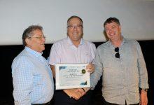 מנהל קריית החינוך רמי פורת מקבל את הפרס מידי ראש העיר אלי דוקורסקי ומנהל רשת אורט ישראל צבי פלג