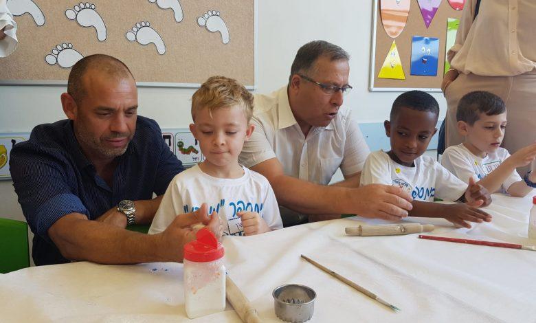 """ד""""ר סער הראל וראש הניר דוקורסקי יחד עם ילדי כיתה א'. צילום: משרד החינוך"""