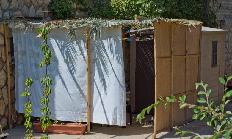 """הקפות שמחת תורה המסורתיות יתקיימו בחצר בית הספר """"נעורים"""". צילום: פליקר"""