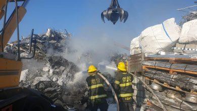 Photo of לוחמי האש פועלים כבר שעות בשריפה גדולה באזור התעשייה בעכו