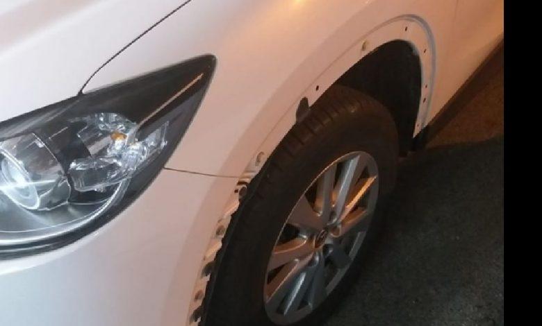 הרכב של שרון שנגנבו ממנו חלקים בזמן שחנה ברכבת. צילום: פייסבוק שרון מלכה