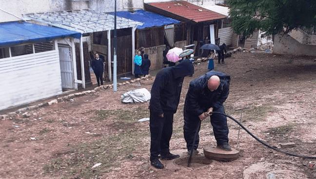 עובדי עיריית צפת פותחים את הסתימות. צילום עיריית צפת