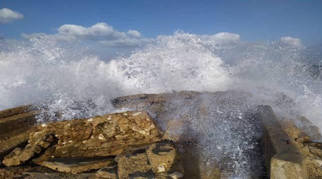 גלים גבוהים בטיילת בת גלים. צילום שלומי תמים