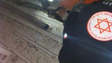 Photo of דרמה אמש ברחוב הנמל בחיפה: לוחמי האש הצילו אישה שניסתה לשים קץ לחייה בקפיצה מגג בניין