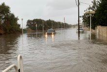 Photo of צפו: נזקי החורף: שלולית ברחוב המעפילים בנהריה הגיעה לגובה של חצי מטר. שוטרים שהגיעו למקום חילצו נוסעי רכב שנתקע בתוכה