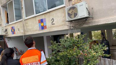 "Photo of כוחות גדולים בשריפה בבניין מגורים בן 4 קומות ברחוב פועה בחיפה. מהמקום חולצו שלושה דיירים שהועברו לביה""ח, אחד מהם סובל מכוויות"