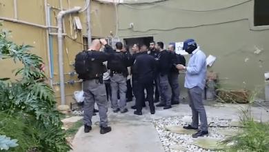 שוטרים ואנשי בילוש פושטים על ביתו בחיפה של המחבל שאדי בנא. צילום: משטרת ישראל