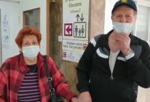 "Photo of צפו: עוד 4 חולים שהבריאו השתחררו מרמב""ם, ביניהם זוג בני 84, שסיפר: ""איך שורדים שבועיים באטתו חדר בביה""ח? אחרי 62 שנטת נישואין זה קל"""