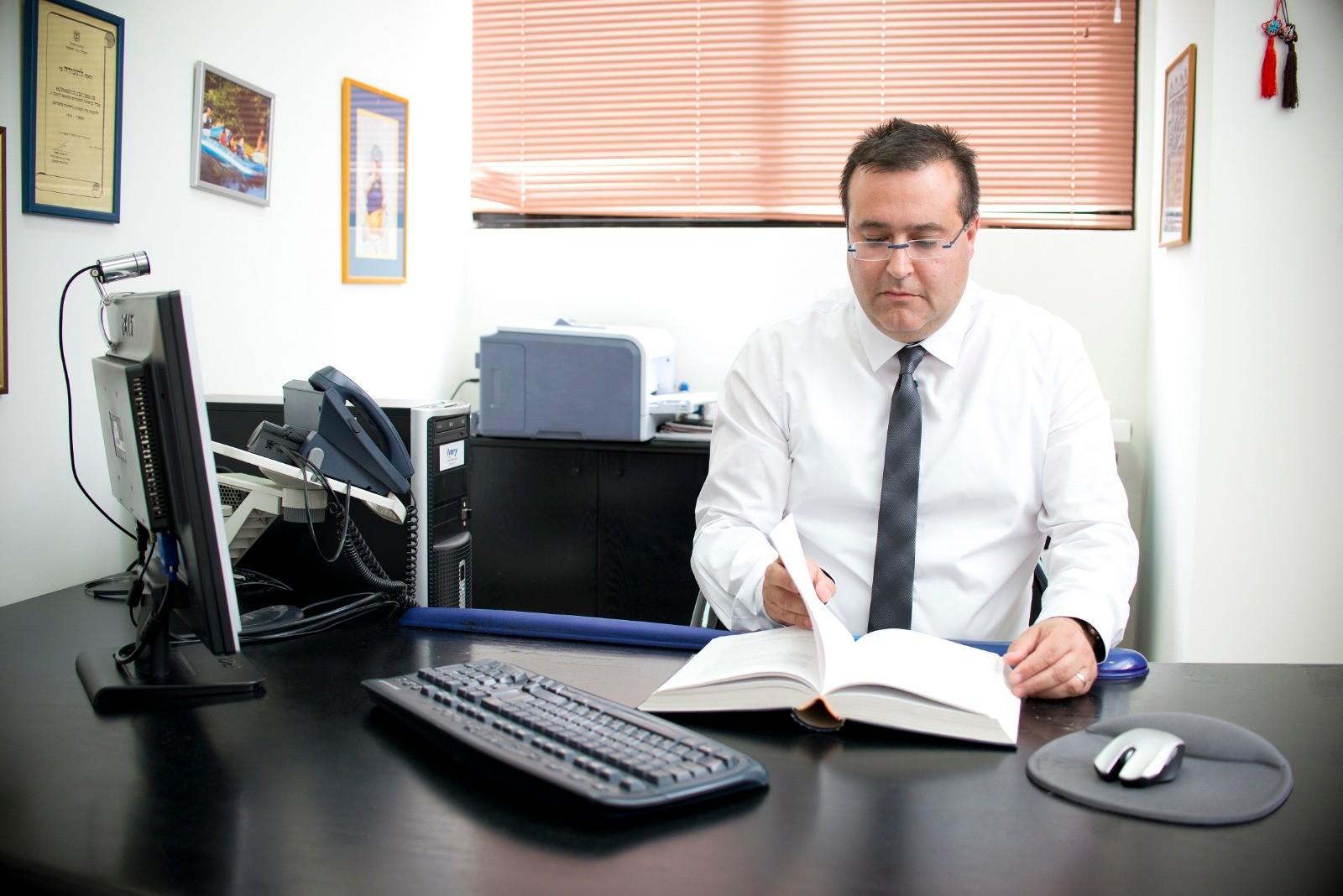 """עורך דין צחי ביטון ממשרד עו""""ד יעבץ- ביטון. אלבום פרטי"""