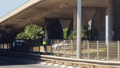 ניידת ומכמונת מהירות חבויות מתחת לגשר אלנבי בחיפה צילום: ניוזים
