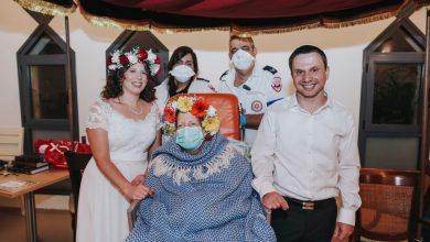 """Photo of מרגש: בזכות מד""""א שני עובדי מעבדת קורונה מחיפה ונהריה התחתנו, כשהאם החולה מובאת לאירוע באמבולנס מיוחד"""
