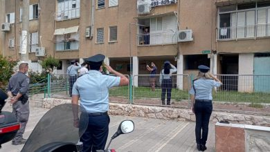 Photo of צפו: מחווה מרגשת של שוטרי המחוז לניצולי שואה. עמדו מול בתי ניצולים ובתי אבות בחיפה והקריות, הצדיעו לניצולים ושלחו להם מסר