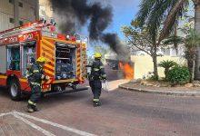 Photo of רכב עולה באש בחניון בניין מגורים מקורה בגוט לוין בחיפה. הדיירים התבקשו להסתגר