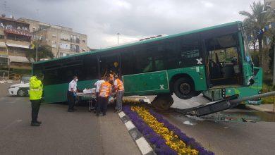 Photo of נהג אוטובוס איבד לפני זמן קצר את השליטה ברכבו, פגע באי תנועה ובעמוד תאורה. למרבה המזל לא היו נוסעים באוטובוס, הנהג פונה במצב קל