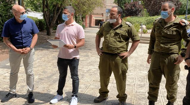 ראש עיריית נשר, רועי לוי עם חיילי פיקוד העורף. צילום דוברות עיריית נשר