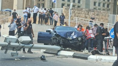 Photo of שישה פצועים ובהם אחד קשה, לאחר שרכב התנגש בעמוד שקרס עליו ועל רכב אחר, ברחוב פנקס בעכו