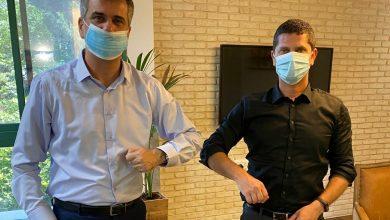 Photo of שר המודיעין, אלי כהן, הגיע לפגישה עם ראש עיריית נשר, רועי לוי, כשעל הפרק בעיקר הקורונה