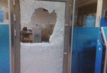 """Photo of תושב בני ברק נתפס """"על חם"""" בתוך בנק """"לאומי"""" בטבריה, לאחר שפרץ אליו בעזרת אבן, כשעל ידיו זוג גרביים"""