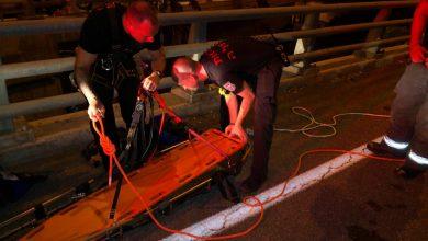 Photo of רוכב אופנוע צעיר נהרג בתאונה עצמית כשנפל מגשר מחלף נווה שאנן בחיפה לוואדי. לוחמי האש חילצו אותו בפעולה מיוחדת