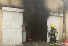 Photo of צוותי כיבוי רבים פועלים בשריפה גדולה במבנה תעשייתי ברחוב ההסתדרות בחיפה