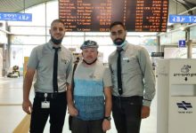 Photo of עובדי הרכבת גילו תיק בו אלפי דולרים ששכח ברכבת תושב חיפה. הם הרימו מבצע שלם לאתר אותו ולהשיב לו את האבידה