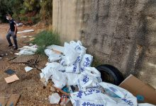 Photo of פועלים בשני אתרי בנייה בחיפה נתפסו זורקים כמויות של פסולת בניין בשטחים פתוחים. פקחי העירייה תפסו אותם על חם וקנסו אותם