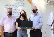 Photo of שר החינוך, יואב גלנט, חילק יחד עם ראש עיריית קריית ביאליק, אלי דוקורסקי, מחשביםניידים ל-724 תלמידים בעיר