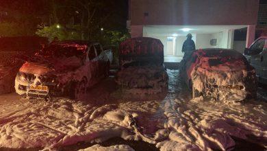 Photo of שלושה רכבים באותה חנייה בבניין ברחוב לוי אשכול בקריית מוצקין נשרפו כליל. הדיירים נקראו להסתגר בביתם עד לכיבוים. נבדק חשד להצתה