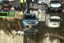 Photo of הצפות ברחבי חיפה. לוחמי האש חילצו הבוקר אדם מרכב ששקע ברחוב דרייפוס בחיפה