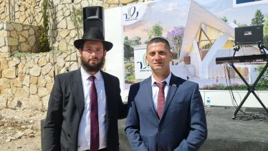 ראש עיריית נשר רועי לוי ושליח חבד בנשר הרב שמחה ליפסקר. צילום ניוזים